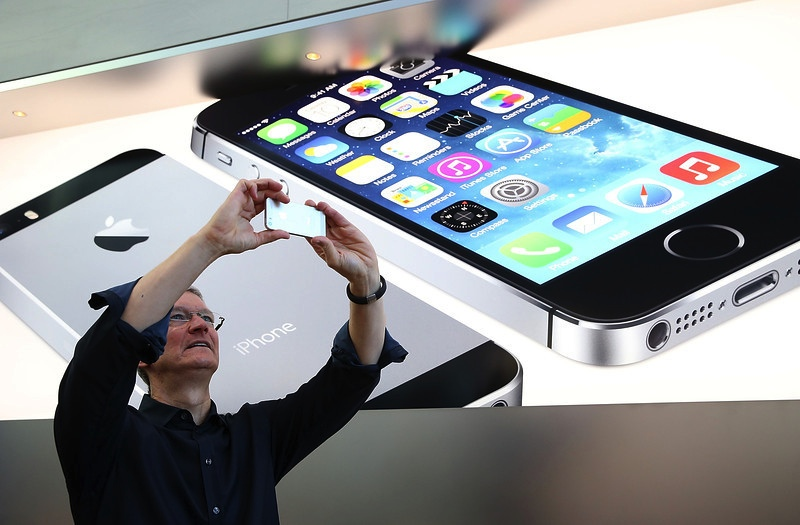 iphone-5s-launch-tim-cook-takes-picture