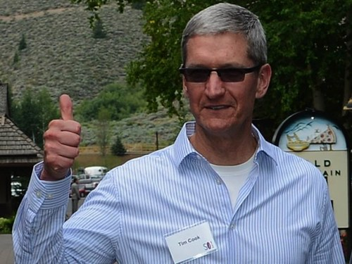 Tim Cook at Sun Valley, where he met The Fancy's Joe Einhorn, giving a big thumbs up.